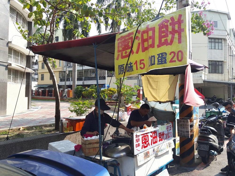 【台南 安南區】林家古早味蔥油餅。社會小角落!買點心,做愛心.│安慶國小旁的蔥油餅