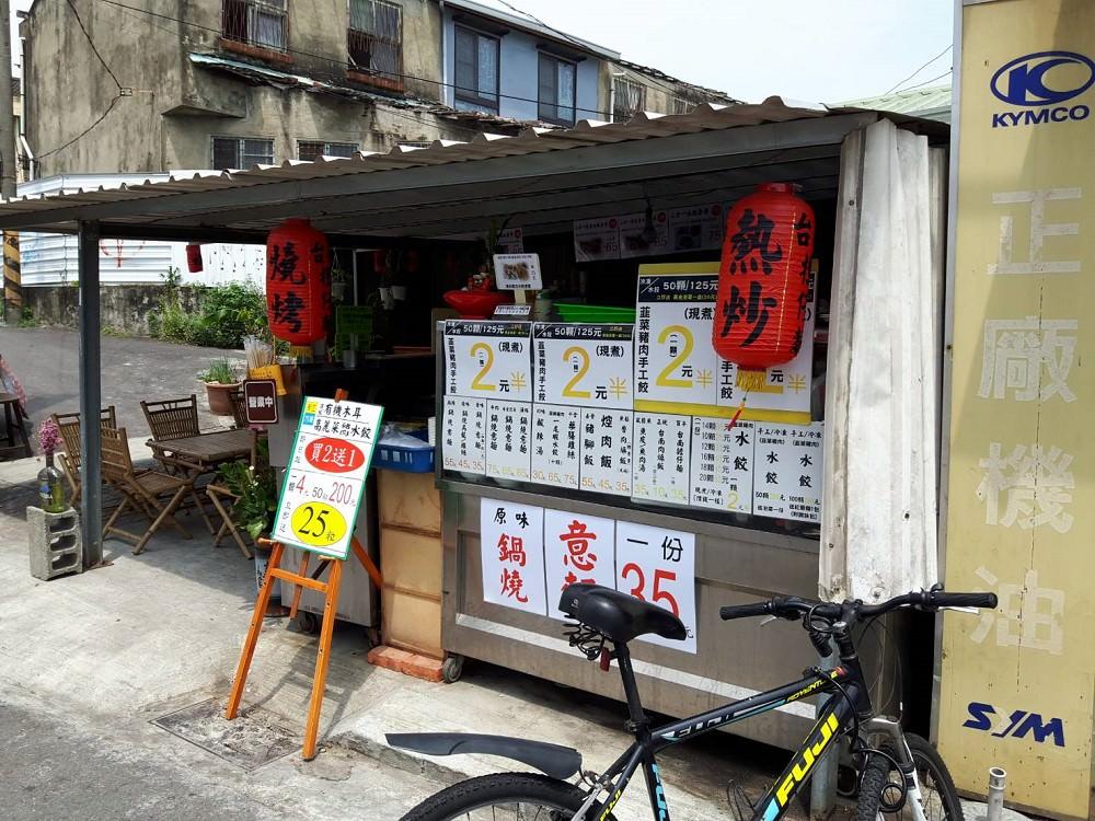 【台南 東區】鐵皮屋無名水餃。成大美食|飽滿黃金水餃 1顆2.5元好便宜|35元鍋燒|學生也愛吃的銅板美食