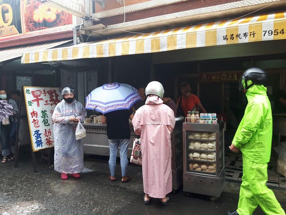 【台南 西港】西港菜市場無名早餐。傳統手工麵糊蛋餅只賣15元|豆漿順口好喝只賣7塊錢|CP值最高的早餐店在台南