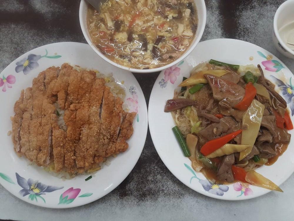 【台南 中西區】上海味香小吃店。招牌小籠包、砂鍋魚頭是必點|排骨蛋炒飯讓人驚豔