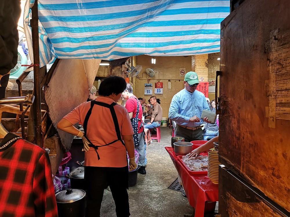 【台南 中西區】鴨母寮垃圾麵(炭火麵)。獨特迷人的炭火香氣|隱藏在傳統市場內